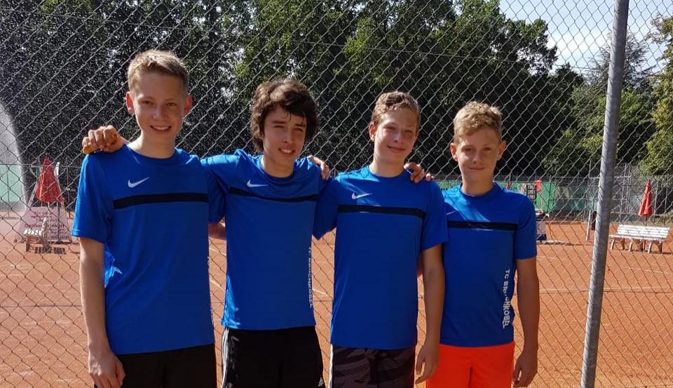 Die U18 II Jungs feiern den Sieg über die 1. Mannschaft aus Neu Isenburg!